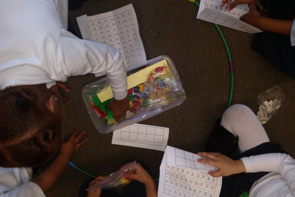 Cooperative grouping and the containment of tools in kindergarten.